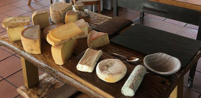 La mesa de quesos en el restaurante Alameda (Fuenterrabía, Guipúzcoa). La especialidad: cocina del Bidasoa.
