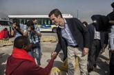 Pablo Casado estrecha la mano de un inmigrante en el Puerto de...