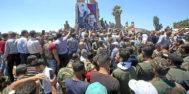 Un soldado sirio ondea la bandera nacional en la ciudad de Quneitra.
