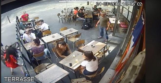Una joven parisina responde a su acosador y él la