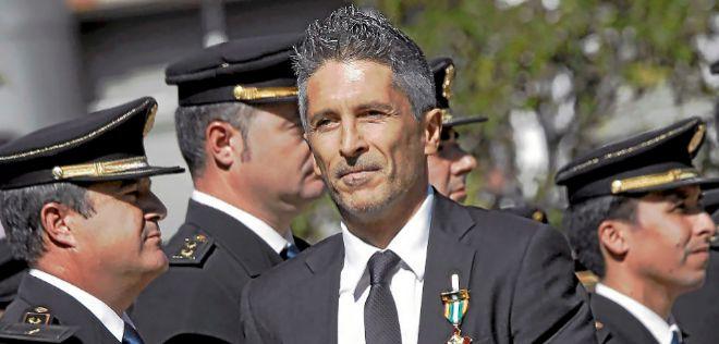 El ministro del Interior, Fernando Grande-Marlaska, condecorado por la...