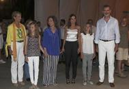 La infanta Elena, la princesa Leonor, doña Sofía, la Reina, la infanta Sofía y el Rey tras el anuncio de Ari Malikian.