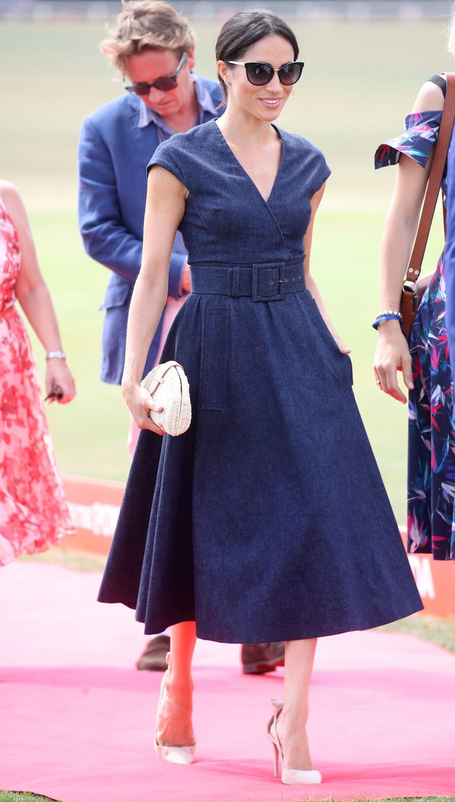 La duquesa de Sussex eligió un vestido en tejido denim de la...