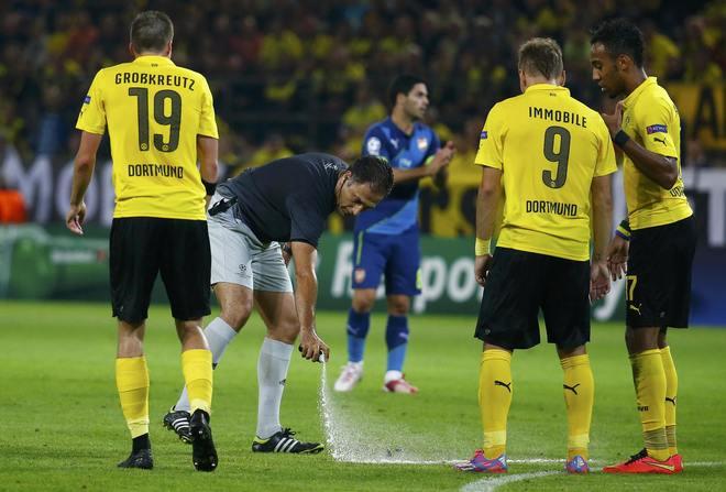 El árbitro Benquerenca utiliza el spray para una falta en contra del Dortmund.