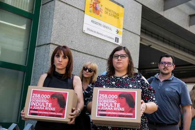 Asociaciones de mujeres han entregado este jueves en el Ministerio de Justicia 258.000 firmas por el indulto a Rivas.