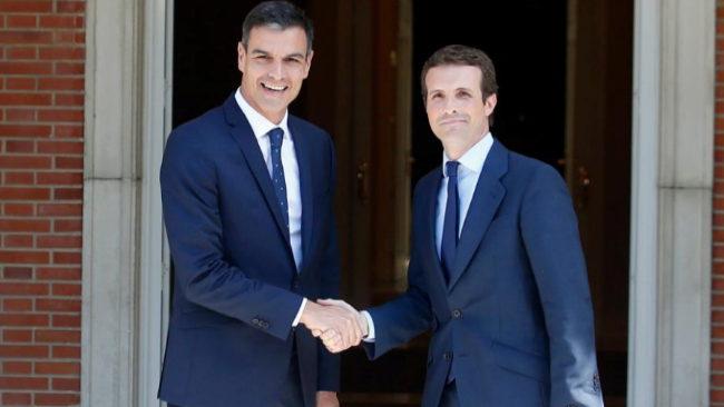 Pedro Sánchez recibe a Pablo Casado a las puertas del Palacio de la...