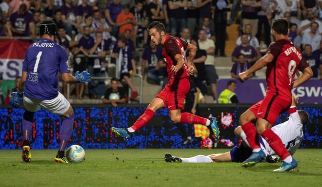 Sarabia (c) bate al portero del Ujpest FC, Filip Pajovic (d).
