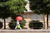Una mujer se protege del sol con un paraguas en Orense, hoy en la...