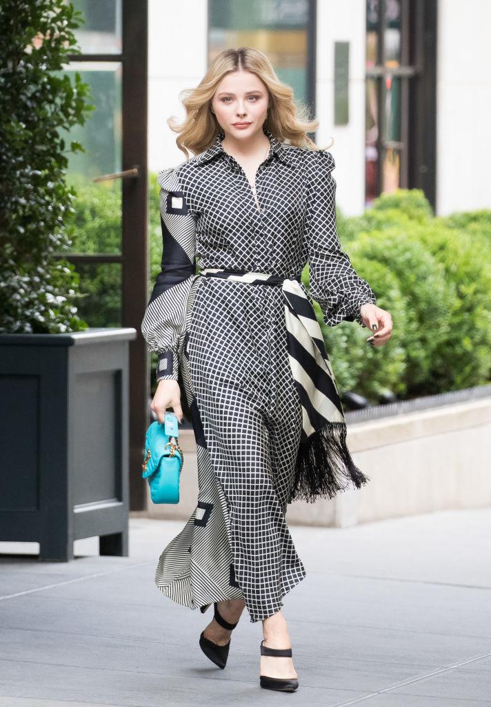 La actriz apuesta por un vestido camisero en blanco y negro con...