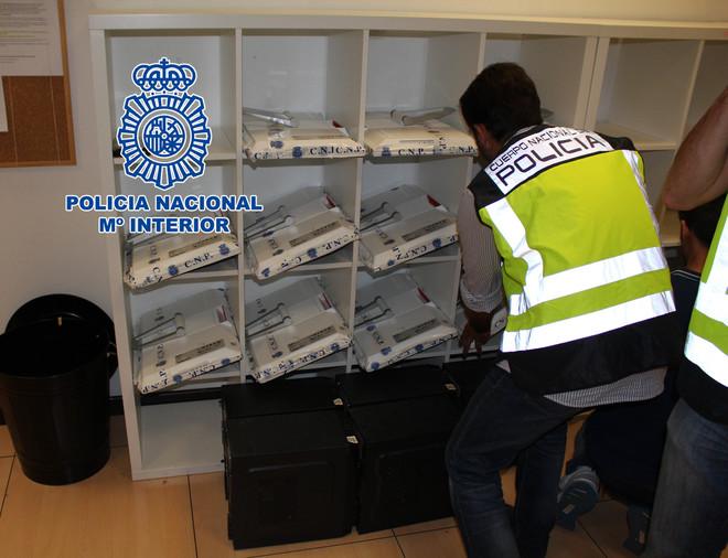 Una agente de la Policía en uno de los registros de una clínica de...