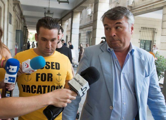 El abogado de cuatro de los cinco miembros de La Manada, Agustín Martínez, ha acompañado a dos de ellos, José Ángel Prenda y Jesús Escudero en los juzgados de Sevilla