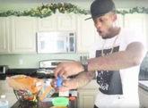 El 'youtuber' CJ Cool, preparando helado con laxantes para los niños.