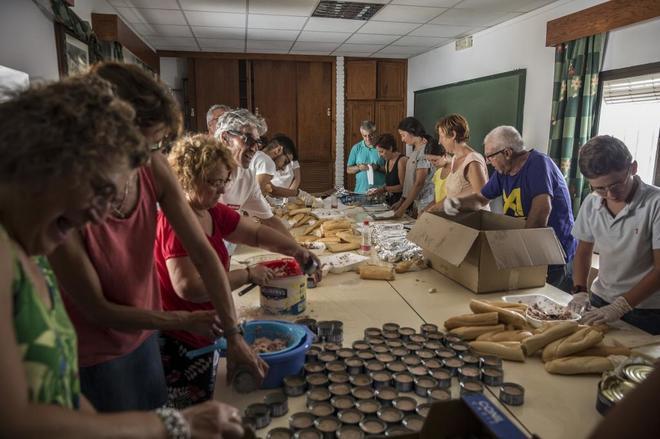 Vecinos de Los Barrios preparan bocadillos como cena para los inmigrantes