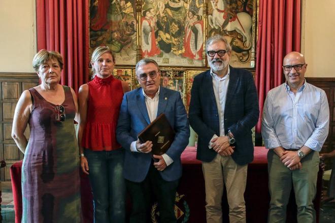 El alcalde de Lleida, Àngel Ros, ha firmado hoy su renuncia como primer edil de la ciudad tras casi 15 años en el cargo en un acto en el salón de pleno de la Paeria.
