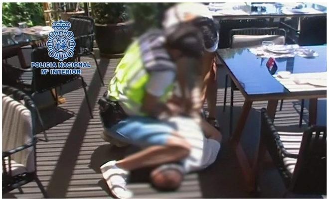 Imagen difundida por la Policía Nacional de la detención en Marbella.