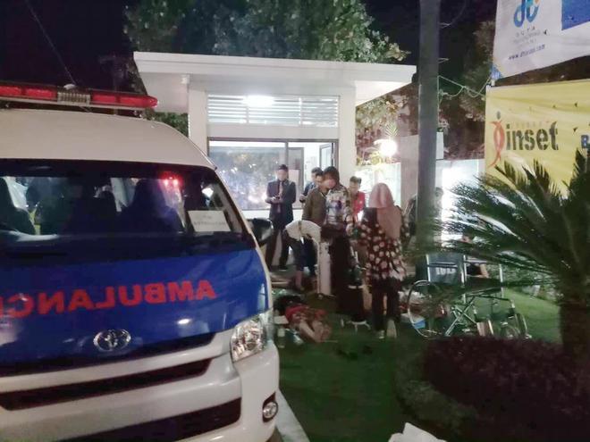 Clientes de un hotel atentidos por los servicios de emergencias tras el terremoto.