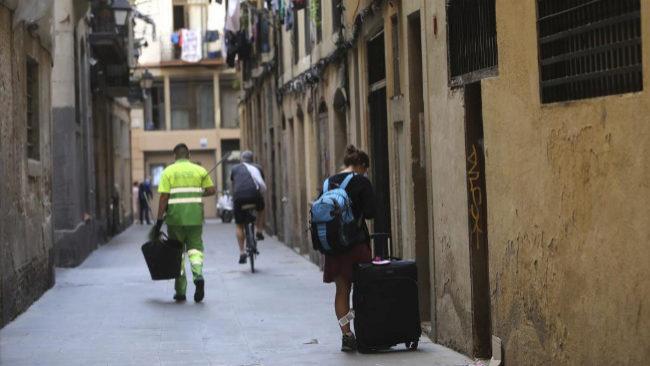 Una joven a la entrada de un piso turístico en el barrio del Raval de...