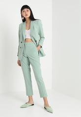 En color menta, la 'blazer' cuesta 59,95 euros y el pantalón 41,95...