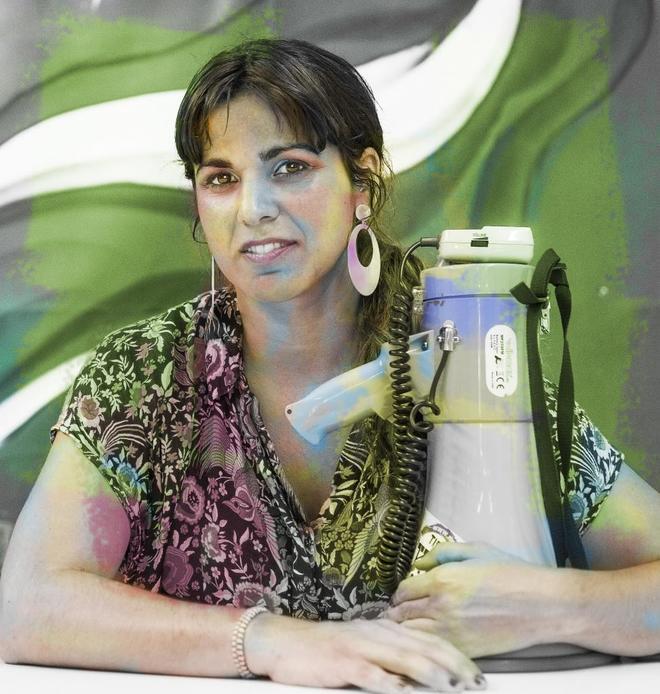 Teresa Rodríguez, en la sede en Sevilla de Podemos, con un megáfono.