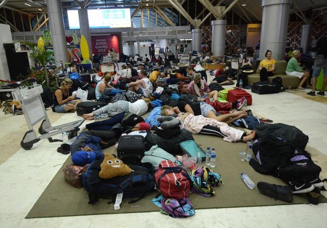 Unos 200 españoles tratan de salir de la isla indonesia,