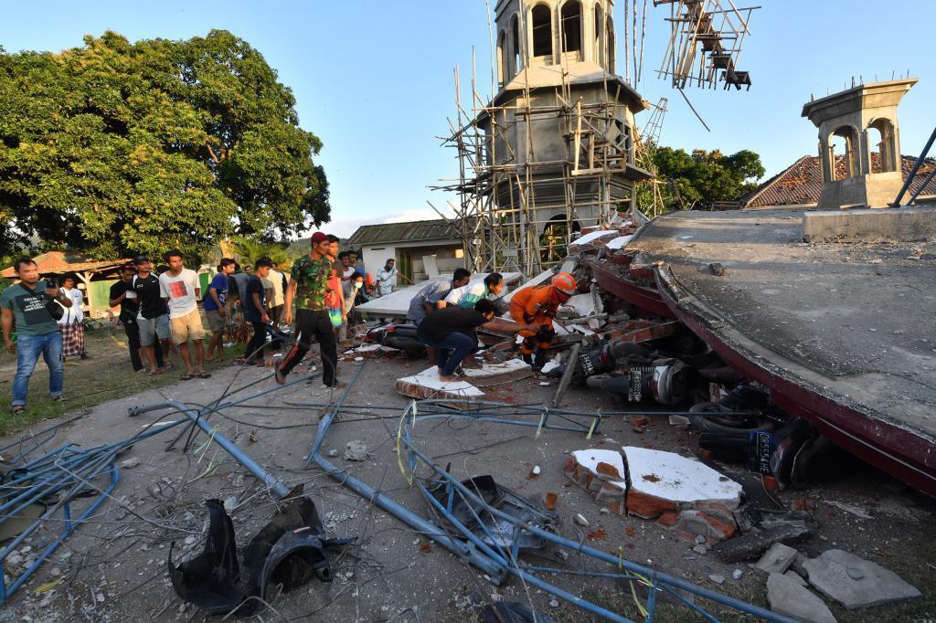 Operación de rescate de víctimas bajo las ruinas de una mezquita en Pemenang, en el norte de Lombok