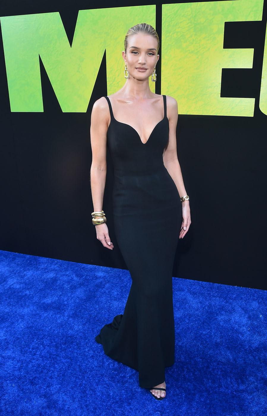 La modelo adora el negro y para asistir al estreno de The Meg en Los...