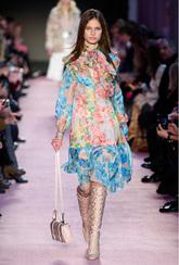 La marca italiana apuesta por vestidos plagados de flores a modo de...