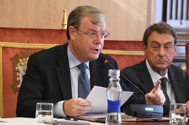 Antonio Silván (izqda.), alcalde de León, durante el pleno...