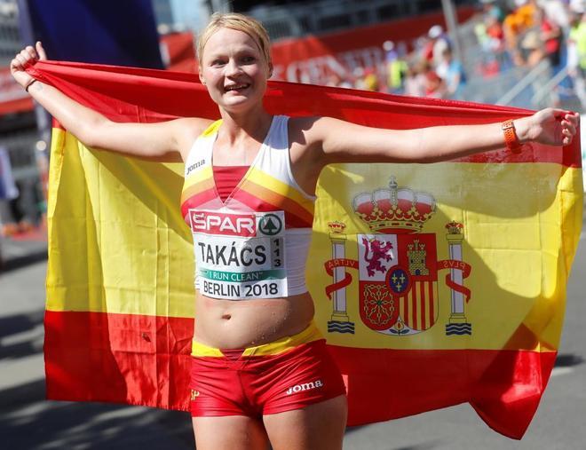 La atleta española Julia Takacs celebra su tercera posición en los 50km marcha femenina en Berlín (Alemania) hoy, 7 de agosto de 2018, durante los Campeonatos de Europa de Atletismo.
