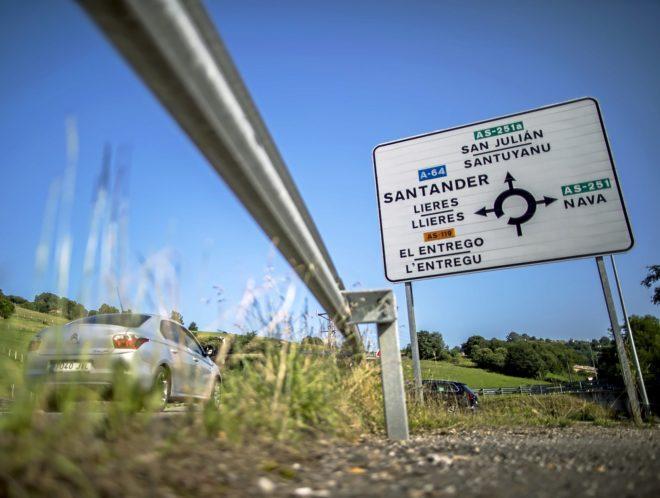 Un cartel en una carretera asturiana con los nombres en bable y en...