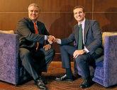 El presidente del PP, Pablo Casado, junto al presidente de Colombia,...