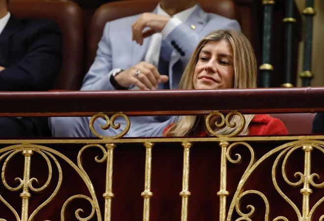 Begoñaz Gómez sigue el debate de la moción de censura contra Rajoy, el pasado 1 de junio.