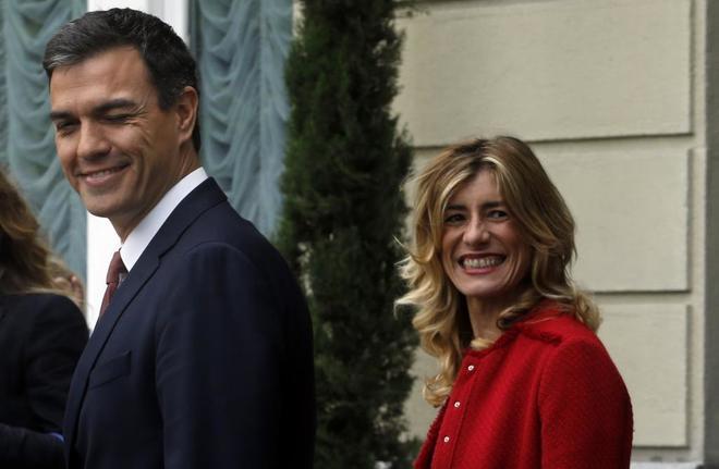Pedro Sánchez y su esposa, Begoña Gómez, a la salida de un desayuno informativo dedicado a las elecciones generales de 2016.