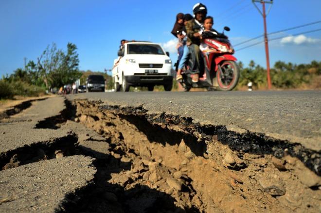 Grietas tras el terremoto que sacudió Lombok este lunes.