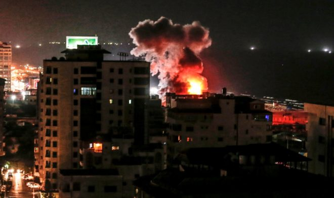 Una columna de humo surge de la ciudad de Gaza tras un bombardeo israelí.