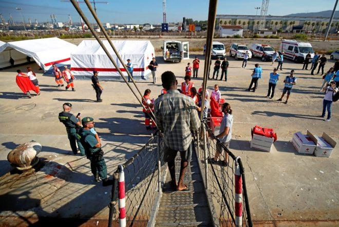 Un inmigrante desciende del 'Open Arms' a su llegada al puerto de...