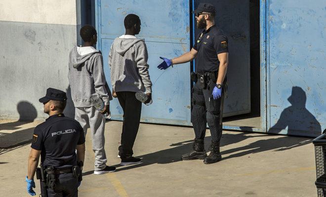 Agentes de la Policía identifican a los inmigrantes llegados a...