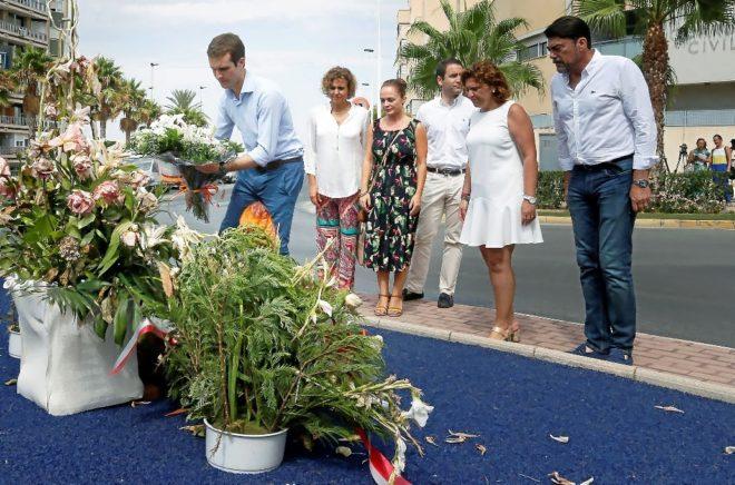 Casado, ayer en Santa Pola, deposita unas flores en memoria de dos...