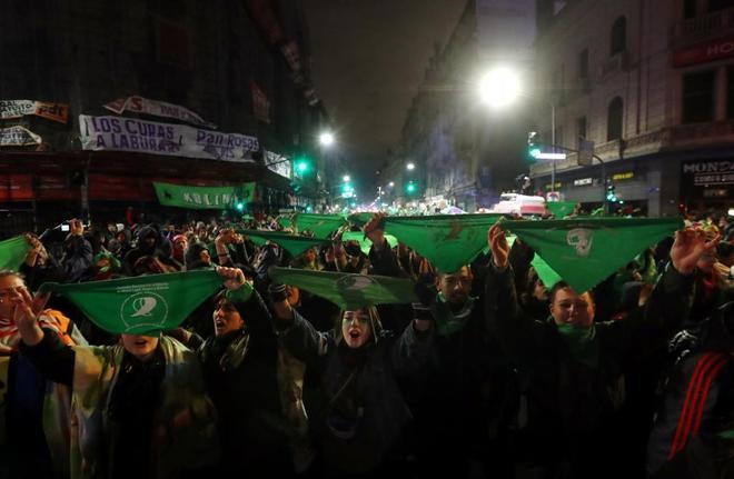La marea verde por el aborto legal seguirá en vigilia en Argentina