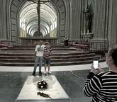 Unos visitantes se hacen una foto en la tumba de Franco, ayer en el...