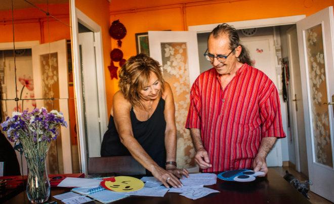María Caruncho y Juan Solé miran las cartas que ella se autoenvió durante semanas