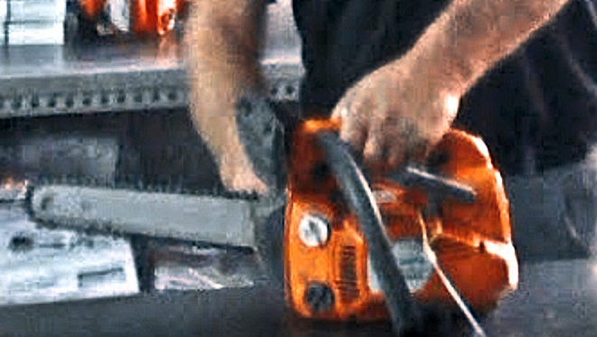 Las manos del presunto pedófilo Dumitru arreglando una motosierra en el taller de maquinaria agrícola de Colmenar de Oreja donde llevaba seis años trabajando como mecánico.