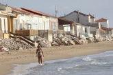 Una mujer pasea por la playa de Guardamar del Segura, en Alicante.