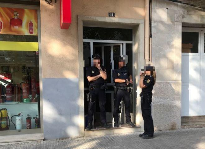 Efectivos policiales en el portal de Manacor donde vive el abuelo que...