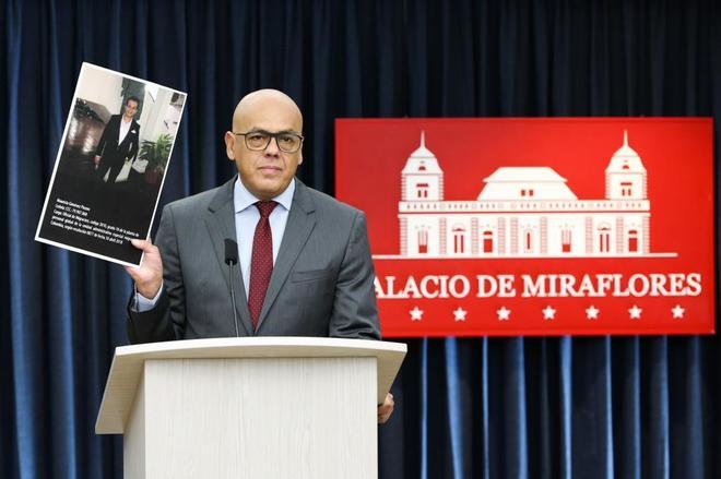 El ministro de Comunicación venezolano, Jorge Rodríguez, muestra la imagen de Julio Borges.