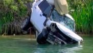 La Guardia Civil saca el coche de la mujer que se precipitó a un...
