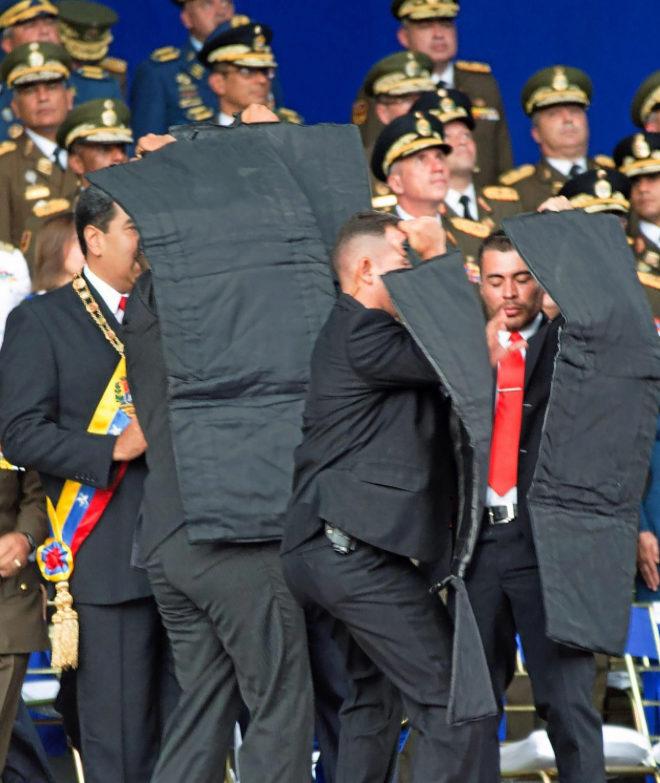 Instante en el  que a Maduro lo protegen de  un supuesto atentado con un dron.