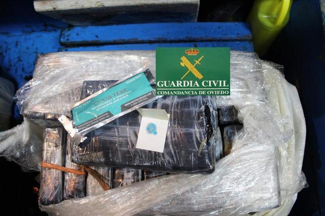 Fotografía facilitada por la Guardia Civil con los dos fardos de...