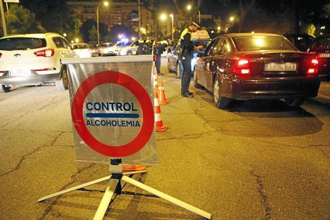 Agentes municipales de Sevilla en un punto de control de alcoholemia...