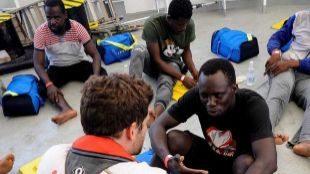 Inmigrantes a bordo del 'Aquarius' atendidos por personal de Médicos...